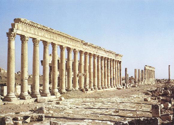 -Απάμεια-Πέλλα, ελληνιστική πρωτεύουσα του Σελεύκου, στη Β. Συρία. Σώζεται η  κιονοστοιχία της κεντρικής αρτηρίας (1,5 χλμ. μήκος) της ρωμαϊκής εποχής.