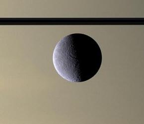 Αραιή ατμόσφαιρα με οξυγόνο τυλίγει μεγάλο δορυφόρο του Κρόνου