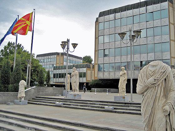 Μοιάζει με σκηνή από κινηματογραφική ταινία, αλλά είναι πραγματικός εφιάλτης: το Κυβερνητικό Μέγαρο των Σφετεριστών της Μακεδονίας μας, ντυμένο με …«παρελθόν»