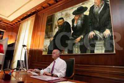 """Φάρσα του Bang-gr το """"Έβαλε πίνακα με Εβραίους στο γραφείο του ο  πρωθυπουργός"""" Τί κρύβουν όμως πίσω απο τις πλακίτσες;"""