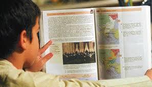 """ANOIXTH ΕΠΙΣΤΟΛΗ προς τον Αναπληρωτή Υπουργό Παιδείας κύριο Τάσο Κουράκη Αθήναι 3-2-2015 ΘΕΜΑ: Τα επαίσχυντα σχολικά βιβλία και οι υποσχόμενες αλλαγές τους. Κύριε Κουράκη. Η αφορμή της παρούσας επιστολής μου είναι η πρόσφατη δήλωσή σας (την  οποία παραθέτω αυτούσια):  ''Θα γίνει αναμόρφωση των αναλυτικών προγραμμάτων και θα γραφτούν νέα  βιβλία στα σχολεία''. Εκτιμώ ότι αυτή σας η δήλωση ορμάται από την διαπίστωση που έχετε κάνει  (όπως και αρκετοί Έλληνες πολίτες με την απαιτούμενη ηλικία-εμπειρία και μνήμη),  ότι χρόνια τώρα, αρκετά σχολικά βιβλία της πρωτοβάθμιας και δευτεροβάθμιας  εκπαίδευσης γράφονται με προχειρότητα (θα συμπλήρωνα και σκοπιμότητα),  περιέχουσα πλείστες όσες ιστορικές ανακρίβειες και χλιαρότητες, ναι χλιαρότητες!  οι οποίες αποσκοπούν στον εξωραϊσμό των πολιτισμικών και ιστορικών εγκλημάτων  που έχουν διαπραχθεί σε βάρος των Ελλήνων διαχρονικά. Απόδειξη των λεγομένων μου είναι η δική σας παρέμβαση την οποία κάνατε  επίσης προσφάτως, για την χλιαρότητα με την οποία αντιμετωπίζει το βιβλίο  ιστορίας της Γ΄ Λυκείου το ληστρικό έγκλημα το οποίο διέπραξε ο γνωστός ως  λόρδος Έλγιν (Τόμας Μπρους) σε βάρος του Παρθενώνα και συνεπώς του ελληνικού  πολιτισμού. Στο εν λόγω βιβλίο (κεφάλαιο 12: Νεοκλασικισμός, σελ. 190), αναφέρεται:  ''… Όμως με την μεταφορά των μαρμάρων του Παρθενώνα στην Αγγλία από το  Λόρδο Έλγιν, το 1806, για πρώτη φορά οι καλλιτέχνες των Ευρωπαϊκών Χωρών  μπόρεσαν να δουν και να θαυμάσουν από κοντά έργα της ακμής της Ελληνικής  γλυπτικής"""".  Κι εσείς, ορθά παρεμβαίνοντας (λίγες μέρες πριν αναλάβετε τα νέα σας  καθήκοντα), δηλώσατε επακριβώς τα εξής: '' …Τα Γλυπτά του Παρθενώνα – τα οποία δεν είναι σκέτα """"μάρμαρα"""" αλλά  έργα γλυπτικής τέχνης ανυπολόγιστης καλλιτεχνικής αξίας - αποσπάστηκαν  βιαίως από το Μνημείο τους, καταστράφηκαν σε μεγάλο βαθμό από τη  """"μεταφορά"""" τους και εν κατακλείδι εκλάπησαν από το Λόρδο Έλγιν, ο οποίος τα  μεταχειρίστηκε σαν προσωπικά του λάφυρα. Είναι αδιανόητο, να διδάσκονται οι  μαθητές ότι τα Γλυπτά του Πα"""