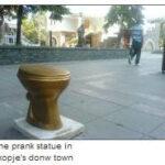 """Το άγαλμα """"χρυσή τουαλέτα""""; που κοσμεί το κέντρο των Σκοπίων"""