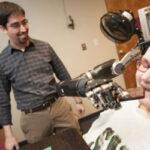 Ρομποτικό χέρι για τετραπληγικούς φτάνει σε νέα επίπεδα ακρίβειας