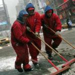 Κινέζα εκατομμυριούχος καθαρίζει δρόμους για να δώσει το παράδειγμα στα παιδιά της