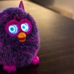 Δεν θα πιστέψεις τι κρύβει μέσα του ένα Furby! Ένας Παπάς αποκαλύπτει…