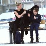Θα δίνατε το παλτό σας σε ένα παιδί που στέκεται μόνο στο κρύο (;)