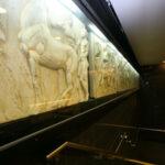Η Χιλή αποθεώνει την Ελλάδα: Το μετρό του Σαντιάγο γέμισε με έργα του αρχαίου ελληνικού πολιτισμού