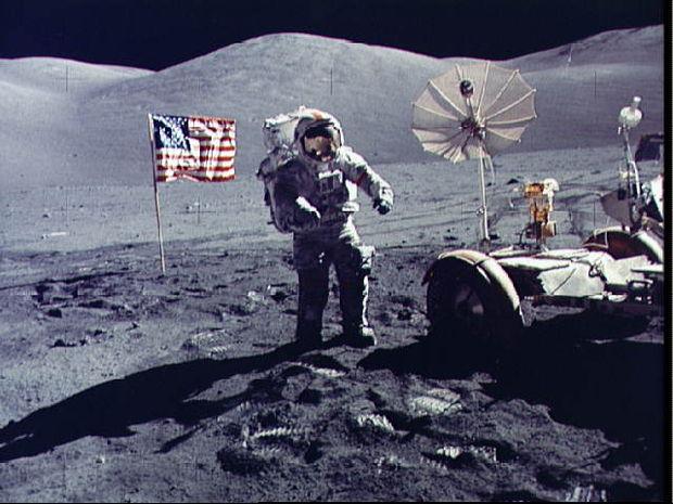 Στίβεν Χόκινγκ: αρχίστε την κατασκευή βάσεων σε Σελήνη και Άρη