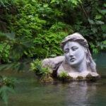 Το ποτάμι της Έρκυνας και το άγαλμα της γυναίκας που ξεπροβάλλει μέσα από τα νερά
