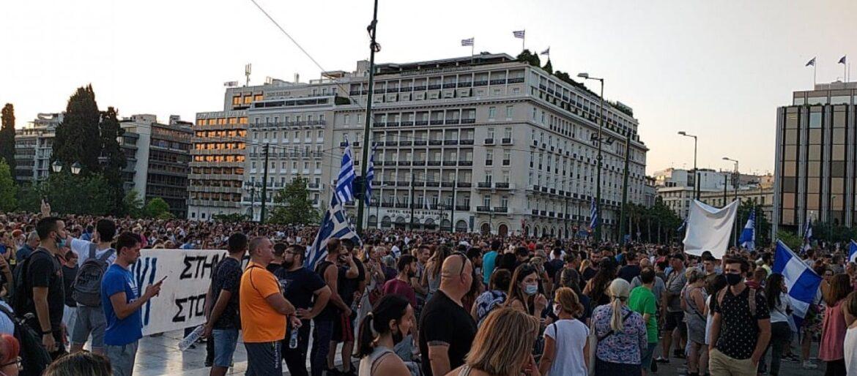 Οι Έλληνες απαίτησαν πίσω την ελευθερία τους: Μαζικές συγκεντρώσεις σε όλη τη χώρα – Όσα έγιναν στο Σύνταγμα (video)