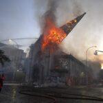Ο Καναδάς αντιμέτωπος με την Ιστορία: Γιατί καίγονται καθολικές εκκλησίες σε όλη τη χώρα;
