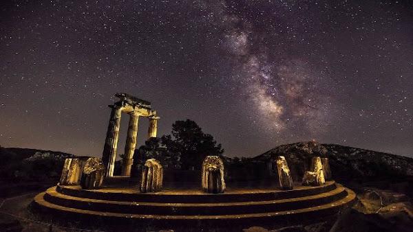 Εδώ βρισκόταν ο ομφαλός της γης όπου συναντήθηκαν οι αετοί του Δία και ο Απόλλωνας σκότωσε τον δράκο Πύθωνα